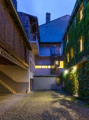 Cour pavée de l'hôtel Continental à Saint Etienne